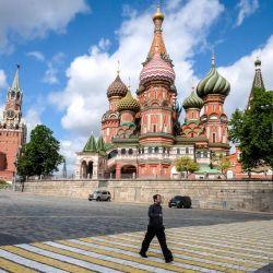 Un hombre camina frente a la Catedral de San Basilio en el centro de Moscú el 17 de mayo de 2020, durante un estricto encierro en Rusia para detener la propagación del nuevo coronavirus COVID-19. (Foto por Yuri KADOBNOV / AFP) | Foto:AFP