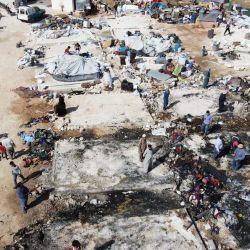 Una vista aérea muestra carpas carbonizadas, luego de que un incendio provocado por un accidente de cocina destruyó docenas de refugios temporales que albergaban a sirios desplazados, en el campamento de Deir Hassan para desplazados, en el norte de la provincia de Idlib, en el noroeste de Siria, cerca de la frontera turca, en mayo. 17, 2020. (Foto de Aaref WATAD / AFP) | Foto:AFP
