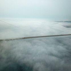 Una vista aérea muestra el puente Yavuz Sultan Selim casi vacío mientras una fuerte neblina se instala en el norte de Estambul, el 17 de mayo de 2020, durante un toque de queda de cuatro días destinado a frenar la propagación de la pandemia COVID-19, causada por el nuevo coronavirus. (Foto por Ozan KOSE / AFP) | Foto:AFP