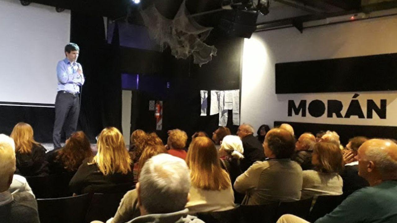 Augusto Costa dando una charla en el Centro Cultural Morán.   Foto:Cedoc.