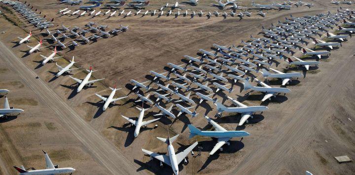 Los aviones comerciales desarmados y suspendidos se ven almacenados en Pinal Airpark el 16 de mayo de 2020 en Marana, Arizona. Pinal Airpark es la instalación de almacenamiento de aviones comerciales más grande del mundo, actualmente tiene un mayor número de aviones en respuesta a la pandemia de coronavirus COVID-19. Christian Petersen / Getty Images / AFP