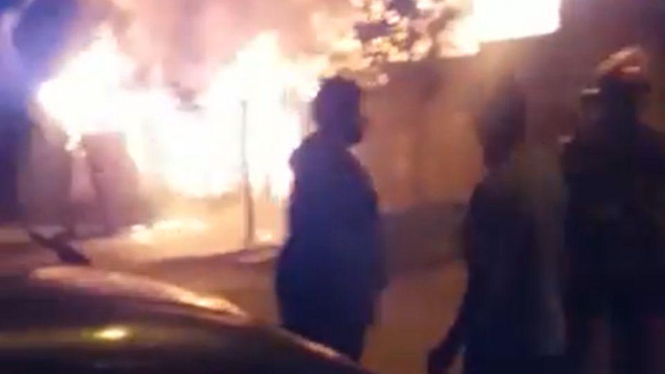 Tres dotaciones de bomberos intervinieron para controlar el fuego.