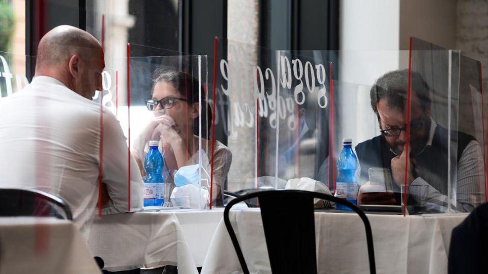 Italia como parte de la salida de la cuarentena permite la reapertura de Iglesias, restaurantes, y otros locales comerciales.