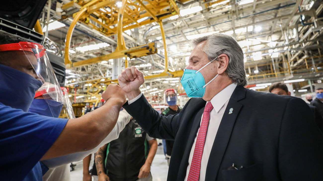 Alberto Fernandez en la automotriz Volkswagen