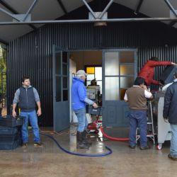 Para elaborar los vinos tintos, durante el día podemos llegar a cosechar casi 5 mil kilos de uvas pinot noir y los procesamos durante la noche, cuando la temperatura baja de los 10 °. Luego de macerar las uvas entre 48 y 72 horas a bajas temperaturas, podemos comenzar la fermentación.