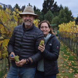 Marcelo y Patricia, propietarios de Casa Yagüe, que se convirtió en la primera bodega de Chubut en exportar a Europa. Tienen plantaciones de Chardonnay, Sauvignon Blanc, Semillón, Cabernet Franc y Pinot Noir.