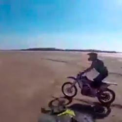 Tres motociclistas violaron la cuarentena para hacer motocross en los bancos del río Paraná, al descubierto por la sequía.