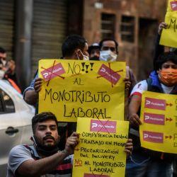 Buenos Aires. Trabajadores de la empresa Pedidos Ya, realizan una protesta para que se reconozcan los derechos laborales, de ART y obra social e incluso un contrato en blanco en planta permanente para todos los trabajadores. Foto: Télam. | Foto:Télam