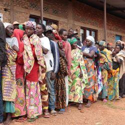 Los burundeses esperan en fila para votar durante las elecciones presidenciales y generales en un colegio electoral en la escuela primaria Bubu en Giheta, en el centro de Burundi, el 20 de mayo de 2020. (Foto de - / AFP) | Foto:AFP
