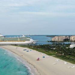 MIAMI BEACH, FLORIDA - 19 DE MAYO: Una vista aérea de drones mientras el barco Liberty of the Seas de Royal Caribbean pasa por South Beach en su camino hacia el Puerto de Miami el 19 de mayo de 2020 en Miami Beach, Florida. Según los informes, Royal Caribbean obtuvo un préstamo de 3.300 millones de dólares en forma de una oferta de bonos que lo mantendrá durante aproximadamente 10 meses sin navegar. Cliff Hawkins / Getty Images / AFP | Foto:AFP