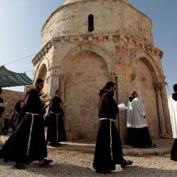 Los frailes franciscanos rezan vísperas (oración vespertina) en la víspera de la Ascensión en la Capilla de la Ascensión en el Monte de los Olivos en Jerusalén el 20 de mayo de 2020, en medio de la nueva crisis pandémica de coronavirus. (Foto por GALI TIBBON / AFP) | Foto:AFP