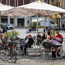 Los residentes toman café y bebidas en una terraza el 20 de mayo de 2020 en Codogno, al sureste de Milán, una de las aldeas en el epicentro de la epidemia de coronavirus en febrero, ya que el país está disminuyendo su cierre para frenar la propagación del COVID. 19 infección, causada por el nuevo coronavirus. (Foto por Miguel MEDINA / AFP) | Foto:AFP