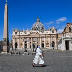 Una monja camina por la Plaza de San Pedro, pasando la Basílica de San Pedro el 20 de mayo de 2020 en el Vaticano, luego de que reabrió sus puertas luego de un bloqueo destinado a frenar la propagación de la infección COVID-19, causada por el nuevo coronavirus. (Foto por ANDREAS SOLARO / AFP) | Foto:AFP