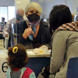 La Plata:Entregan la tarjeta Alimentar a unos mil platenses en sede local de Anses. Foto: Télam.   Foto:Télam