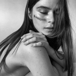 """""""¡Ahora es tiempo, ahora es cuando!"""", es el mensaje del retrato de Carolina Garzón."""