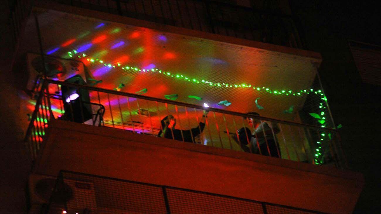 Gente en los balcones y ventanas de edificios de Bs.As