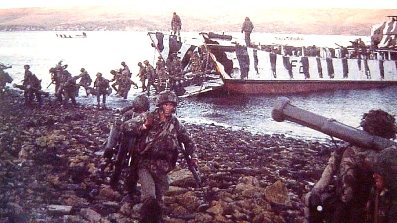 Tropas inglesas y soldados argentinos en las Islas Malvinas