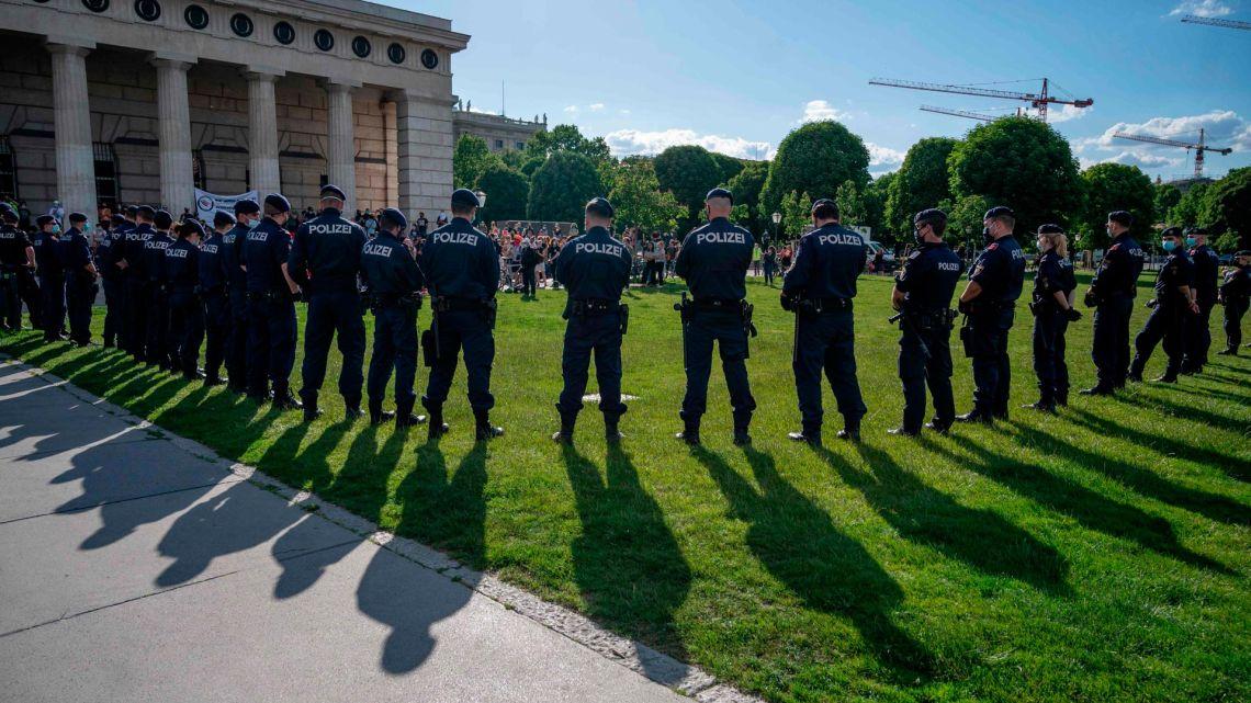 La policía separa a los partidarios del Partido de la Libertad de Austria (FPOe), asistiendo a su protesta contra las medidas gubernamentales contra la pandemia de coronavirus, de un grupo de manifestantes de izquierda en la plaza Helden frente al palacio Hofburg en Viena, Austria, el 20 de mayo de 2020. (Foto de JOE KLAMAR / AFP)   Foto:AFP