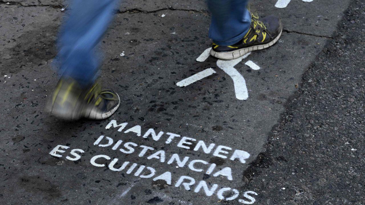 Un letrero en un carril peatonal recuerda a las personas que deben mantener una distancia prudencial entre sí debido a la pandemia de coronavirus COVID-19, en la avenida Corrientes en Buenos Aires, el 18 de mayo de 2020. - Las ciudades latinoamericanas están comenzando a implementar su 'nueva normalidad' con la introducción de carriles para bicicletas, aceras ensanchadas y señales de distancia, para superar la emergencia de COVID-19 en espacios urbanos ya afectados por hacinamiento, transporte abarrotado y contaminación. (Foto por Juan MABROMATA / AFP) | Foto:AFP