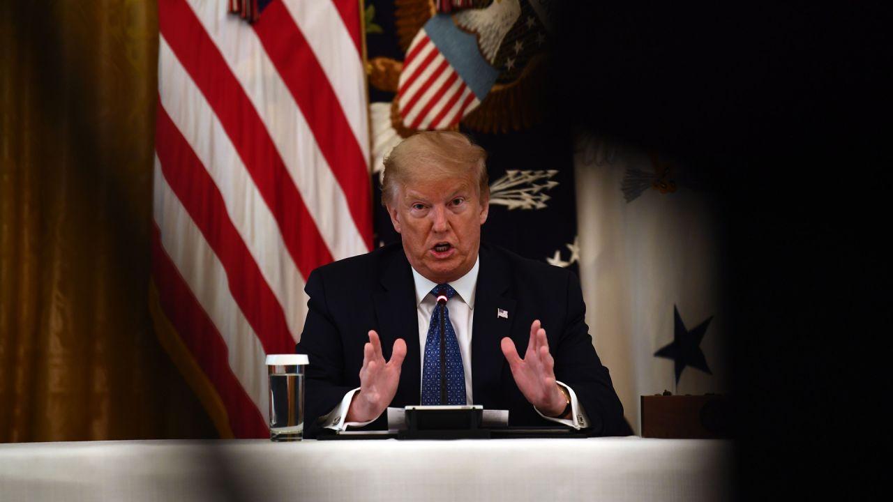 El presidente de los Estados Unidos, Donald Trump, habla durante una reunión con su gabinete el 19 de mayo de 2020 en la Sala del Gabinete de la Casa Blanca en Washington, DC. (Foto por Brendan Smialowski / AFP)   Foto:AFP