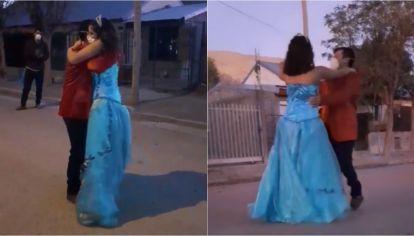 Candela junto a su papá, Oscar, bailaron en plena calle ante la atenta mirada de su vecinos.