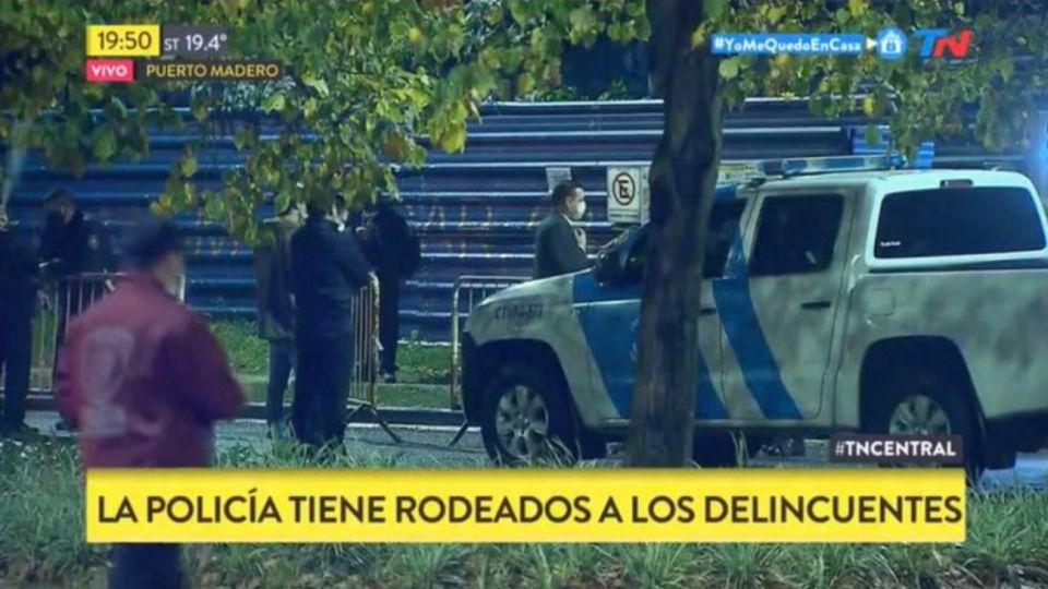 Puerto Madero: la Policía busca a los delincuentes en una obra en construcción.
