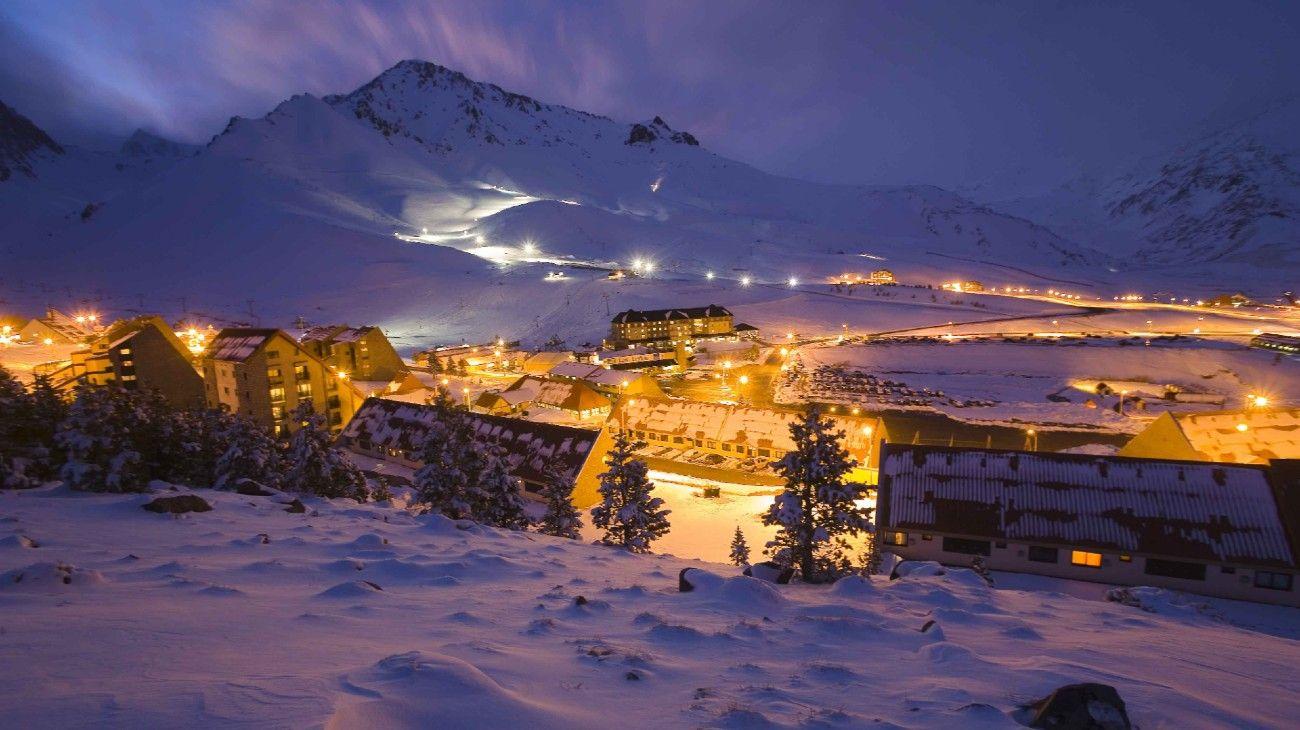 Una vista nocturna del centro de esquí Las Leñas, en Mendoza, que este año no podrá verse a causa del coronavirus.