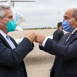 El presidente, Alberto Fernández, se saluda con el gobernador tucumano, Juan Manzur, al arribar a la provincia, donde encabezará un acto. Foto: Télam   Foto:Télam