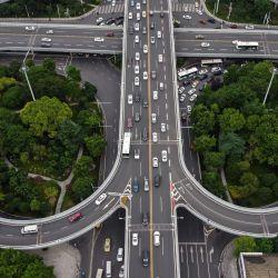 Una vista aérea muestra calles en Wuhan, en la provincia central china de Hubei, el 21 de mayo de 2020. - China ha controlado en gran medida el coronavirus dentro de sus fronteras desde que el brote surgió por primera vez en la ciudad de Wuhan a fines del año pasado. (Foto por Héctor RETAMAL / AFP)   Foto:AFP