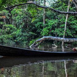 Un hombre indígena huitoto colombiano navega en una balsa a lo largo del río Takana en Leticia, departamento de Amazonas, Colombia, el 20 de mayo de 2020 durante la pandemia de coronavirus COVID-19. (Foto de Tatiana de Nevó / AFP)   Foto:AFP