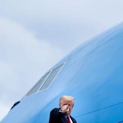El presidente de los Estados Unidos, Donald Trump, aborda el Air Force One en la Base Conjunta Andrews en Maryland el 21 de mayo de 2020, en Maryland. - Trumps viaja a Michigan para recorrer la planta de componentes de Ford Rawsonville. (Foto por Brendan Smialowski / AFP)   Foto:AFP