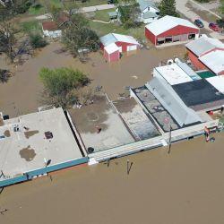 SANFORD, MICHIGAN - 20 DE MAYO: La vista aérea de la calle principal que se inunda después del agua del río Tittabawassee rompió una presa cercana el 20 de mayo de 2020 en Sanford, Michigan. A miles de residentes se les ordenó evacuar después de que dos represas en Sanford y Edenville colapsaron, causando que el agua del río Tittabawassee inundara las comunidades cercanas. Gregory Shamus / Getty Images / AFP   Foto:AFP