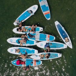 AUSTIN, TEXAS - 20 DE MAYO: En esta vista aérea desde un avión no tripulado, los residentes reman y practican kayak en Lady Bird Lake el 20 de mayo de 2020 en Austin, Texas. El gobernador de Texas, Greg Abbott, anunció que los bares, salas de degustación de vinos, boleras, pistas de patinaje, salas de bingo, acuarios y eventos ecuestres se abrirán el viernes 22 de mayo a pesar de un aumento en los casos confirmados de coronavirus (COVID-19) en el estado. Tom Pennington / Getty Images / AFP   Foto:AFP