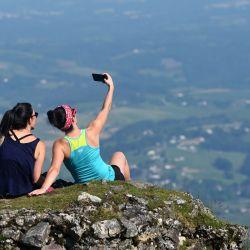 Dos mujeres se toman una selfie en la cima del Monte Mondarrain, cerca de Itxassou, en el suroeste de Francia, el 21 de mayo de 2020, mientras Francia alivia las medidas de bloqueo tomadas para frenar la propagación del COVID-19 (el nuevo coronavirus). (Foto por GAIZKA IROZ / AFP)   Foto:AFP