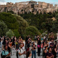 Los artistas se presentan frente a la antigua colina de la Acrópolis durante una protesta en Atenas el 21 de mayo de 2020, para pedir ayuda al gobierno griego para las pérdidas financieras debido al bloqueo destinado a frenar la propagación de la pandemia COVID-19, causada por el nuevo coronavirus. (Foto por ARIS MESSINIS / AFP)   Foto:AFP