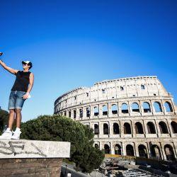 Un joven toma una foto selfie junto al monumento del Coliseo en Roma el 21 de mayo de 2020, mientras el país alivia su bloqueo después de más de dos meses, con el objetivo de frenar la propagación de la infección por COVID-19, causada por el nuevo coronavirus. (Foto por Filippo MONTEFORTE / AFP)   Foto:AFP