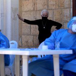 Una anciana espera que una enfermera del equipo médico del Centro Médico de la Universidad Americana del Líbano, en el dispensario de la Orden de Malta, en la autoridad local del sur del Líbano libanés de la ciudad de Jezzine, le haga una prueba para detectar el nuevo coronavirus en la ciudad de Jezzine, el 21 de mayo 2020. (Foto de PATRICK BAZ / AFP)   Foto:AFP