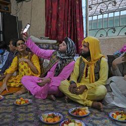 En esta imagen tomada el 9 de mayo de 2020, los miembros de la comunidad transgénero se reúnen para romper el ayuno durante el mes sagrado islámico del Ramadán en la casa transgénero Guru en Rawalpindi. - Las personas transgénero en el país se conocen como    Foto:AFP