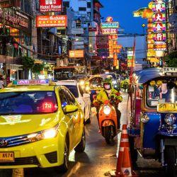 El tráfico de la calle reaparece en la calle principal de Chinatown después de que el gobierno tailandés relajó las medidas para combatir la propagación del nuevo coronavirus COVID-19, en Bangkok el 21 de mayo de 2020. - Tailandia continuó atenuando las restricciones relacionadas con el nuevo coronavirus COVID-19 en mayo 17 al permitir la reapertura de varios negocios, pero advirtió que las medidas más estrictas se volverían a imponer si los casos aumentaran nuevamente. (Foto por Mladen ANTONOV / AFP)   Foto:AFP