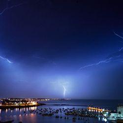 Un rayo cae sobre Montevideo a fines del 20 de mayo de 2020. (Foto de Mariana SUAREZ / AFP)   Foto:AFP