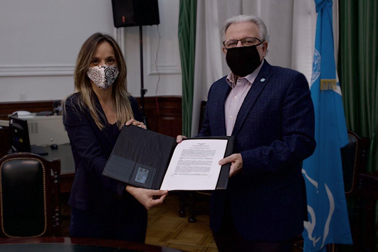 La presidenta de Agua y Saneamientos Argentinos (AySA) firmó dos convenios con la UBA, uno de capacitación y otro para el análisis financiero y contable de la empresa