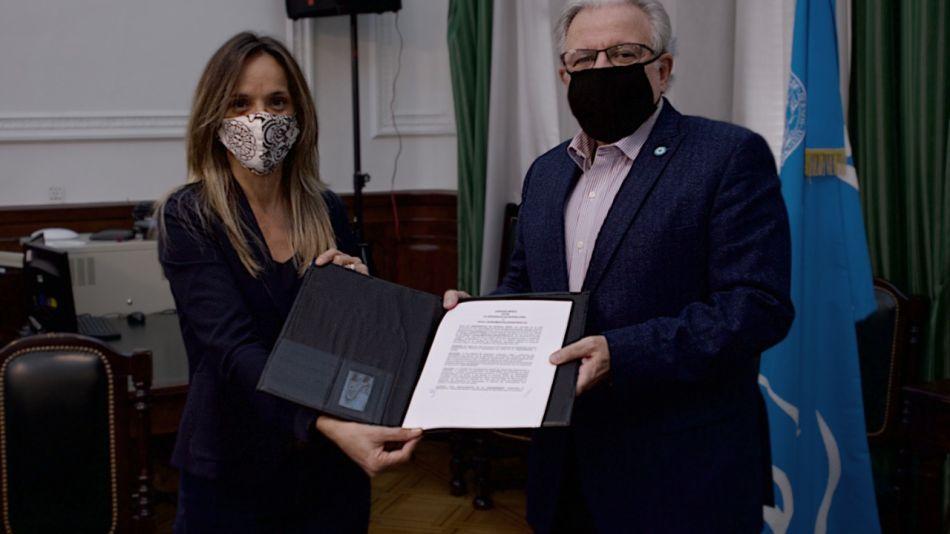 Malena Galmarini y Alberto Barbieri (rector de la UBA)