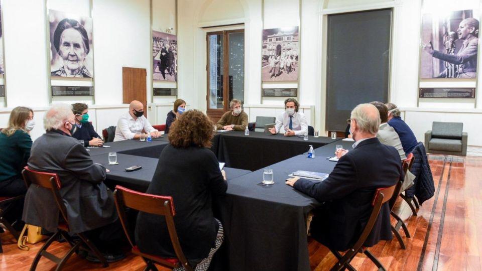 Santiago Cafiero en reunión.