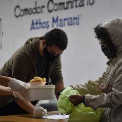 El comedor comunitario Athos Mariani funciona en el barrio de Boedo ofrece viandas de alimentos a 300 vecinos por día de la ciudad. Foto: Télam.   Foto:Télam