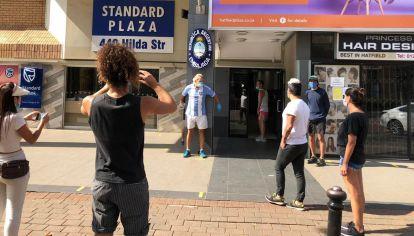 El argentino Daniel Tavormina se encadenó frente a la embajada Argentina en Pretoria. Gracias