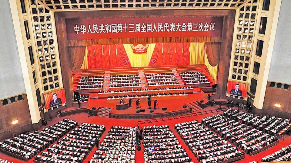 Imponente. El primer ministro Li Keqiang pronuncia su discurso ante la Asamblea, que aplicó estrictos controles a cada uno de los participantes para evitar contagios.