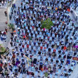 Una fotografía aérea tomada el 24 de mayo de 2020 muestra a los musulmanes albaneses siguiendo las reglas de distanciamiento social impuestas para frenar la propagación del COVID-19 (nuevo coronavirus) y asistiendo a la oración de Eid Al-Fitr en la Gran Mezquita de Durres en la primera día del festival musulmán que marca el final del mes de ayuno sagrado del Ramadán en Tirana. (Foto por Gent SHKULLAKU / AFP) | Foto:AFP