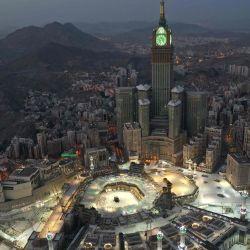 Esta fotografía tomada el 24 de mayo de 2020 durante las primeras horas de Eid al-Fitr, la fiesta musulmana que comienza al final del mes de ayuno del Ramadán, muestra una vista aérea de la ciudad sagrada de La Meca, Arabia Saudita, con el Abraj al -Bait Mecca Royal Clock Tower con vistas a la Gran Mezquita y Kaaba en el centro. - Arabia Saudita comenzó un toque de queda de cinco días durante todo el día desde el 23 de mayo después de que las infecciones por el coronavirus COVID-19 aumentaron más de cuatro veces desde el inicio del Ramadán a alrededor de 68,000, la más alta en el Golfo. (Foto por STR / AFP) | Foto:AFP