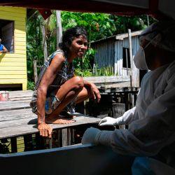 Los trabajadores de salud del gobierno visitan las comunidades ribereñas del municipio de Melgaco para analizarlas en busca de infecciones por coronavirus COVID-19 en la región de Marajoara, ubicada en el suroeste de la isla de Marajo, en la desembocadura del río Amazonas en el estado de Pará, Brasil. el 23 de mayo de 2020. (Foto de Tarso SARRAF / AFP) | Foto:AFP