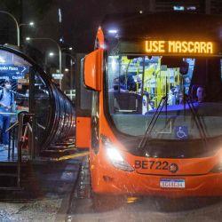 Vista del autobús público con un letrero electrónico que dice  | Foto:AFP